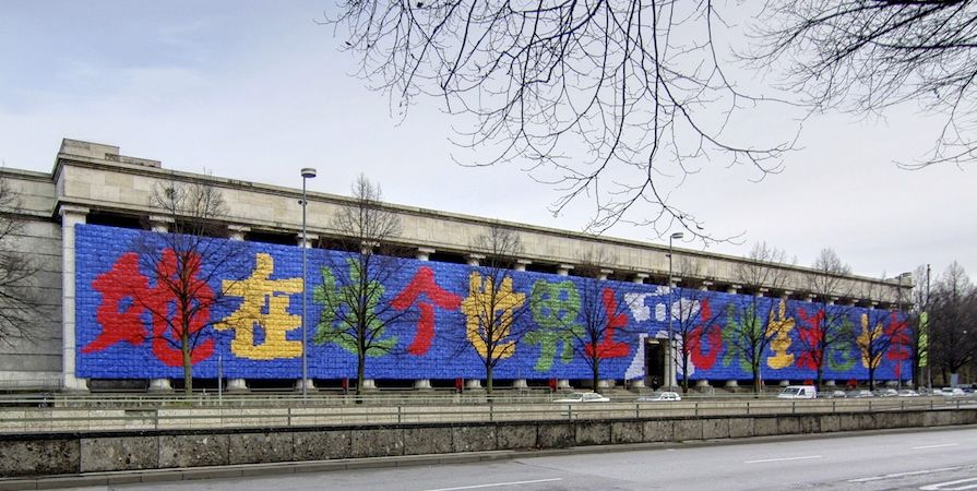 Remembering, 2009, backpacks on the facade of the Haus der Kunst* (Munich)