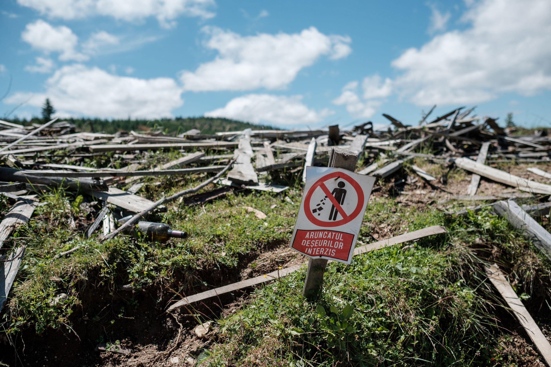 The sign hardly needs translating. Tragic irony crosses language barriers. Fujifilm X-Pro 2 + 23mm: 1/5000 @ ƒ/2.2, ISO 200