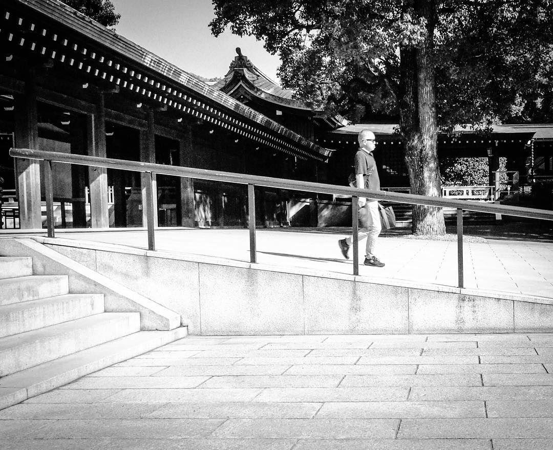 Decline…#streetphotography #tokyo #streetphoto#streetphoto_bw #streetphotography_bw #inthemoment #urbanphotography #urban #documentaryphotography #meijijingu #meijishrine #bnw #bandw #blackandwhitephoto #shrine