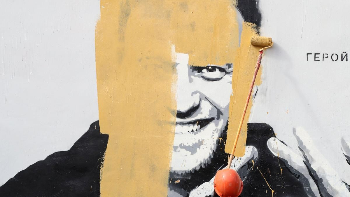 A mural of Russian opposition activist Alexei Navalny being covered up