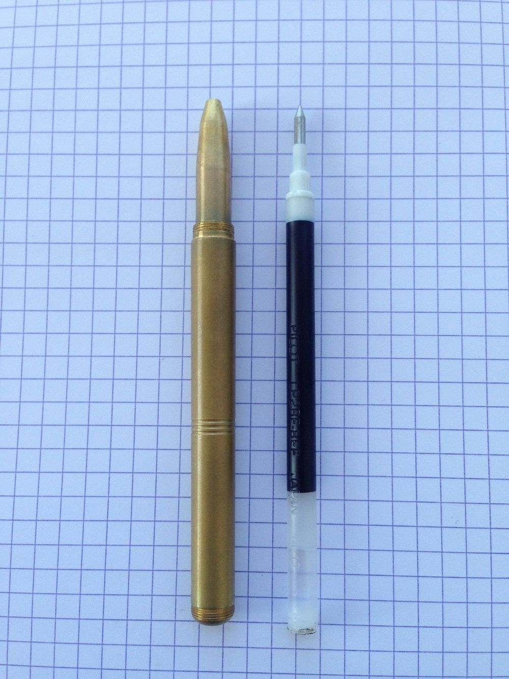 Comparison of the body and Pilot G2/Juice refill. You can also see the threads where the cap posts