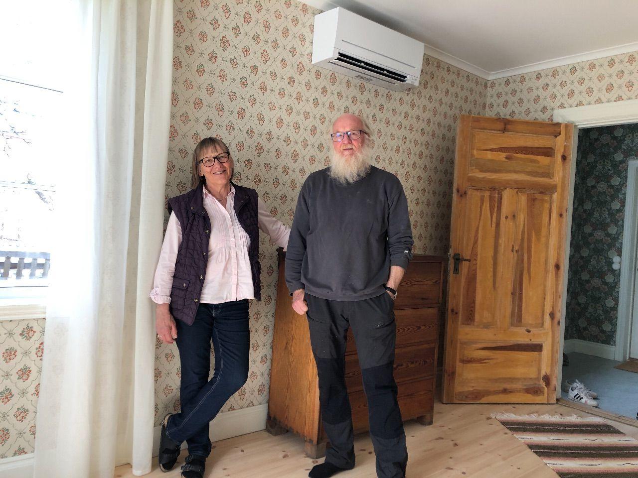 Mor och far på plats i nyrenoverade kusken i april 2021.