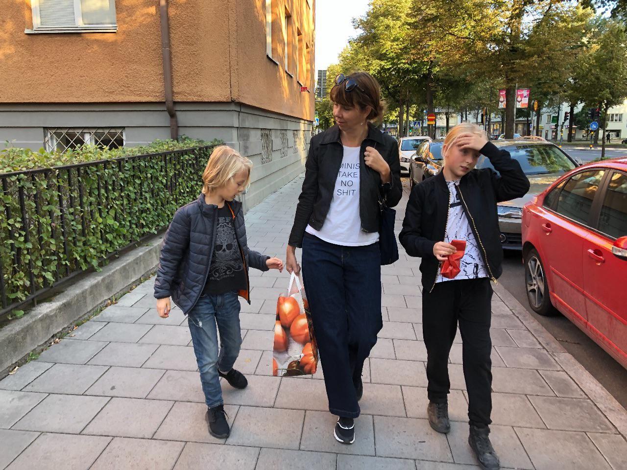 Arvid, Helene och Hedda på lördagspromenad.