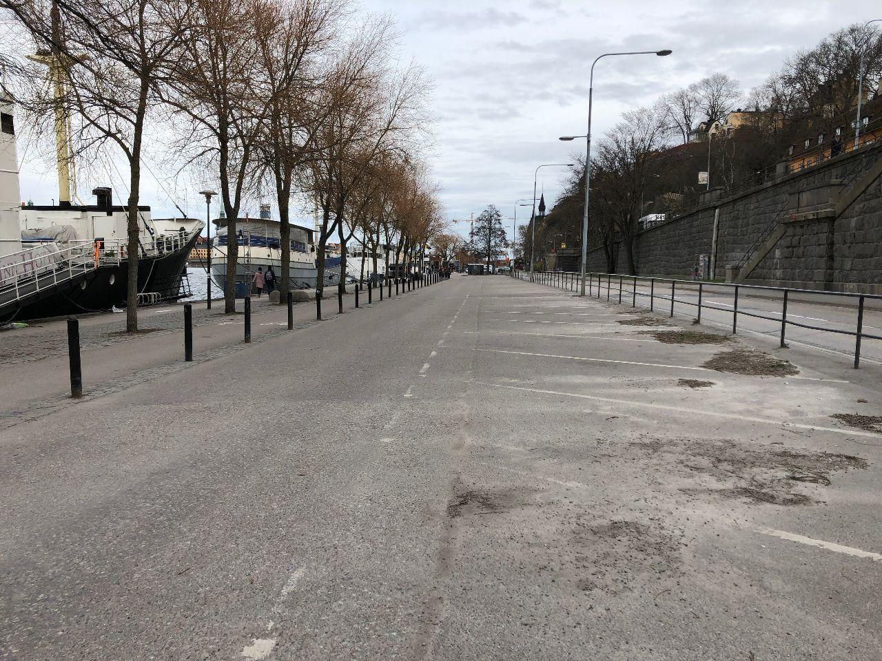 Parkeringarna längs Södermälarstrand är tomma på grund av corona.
