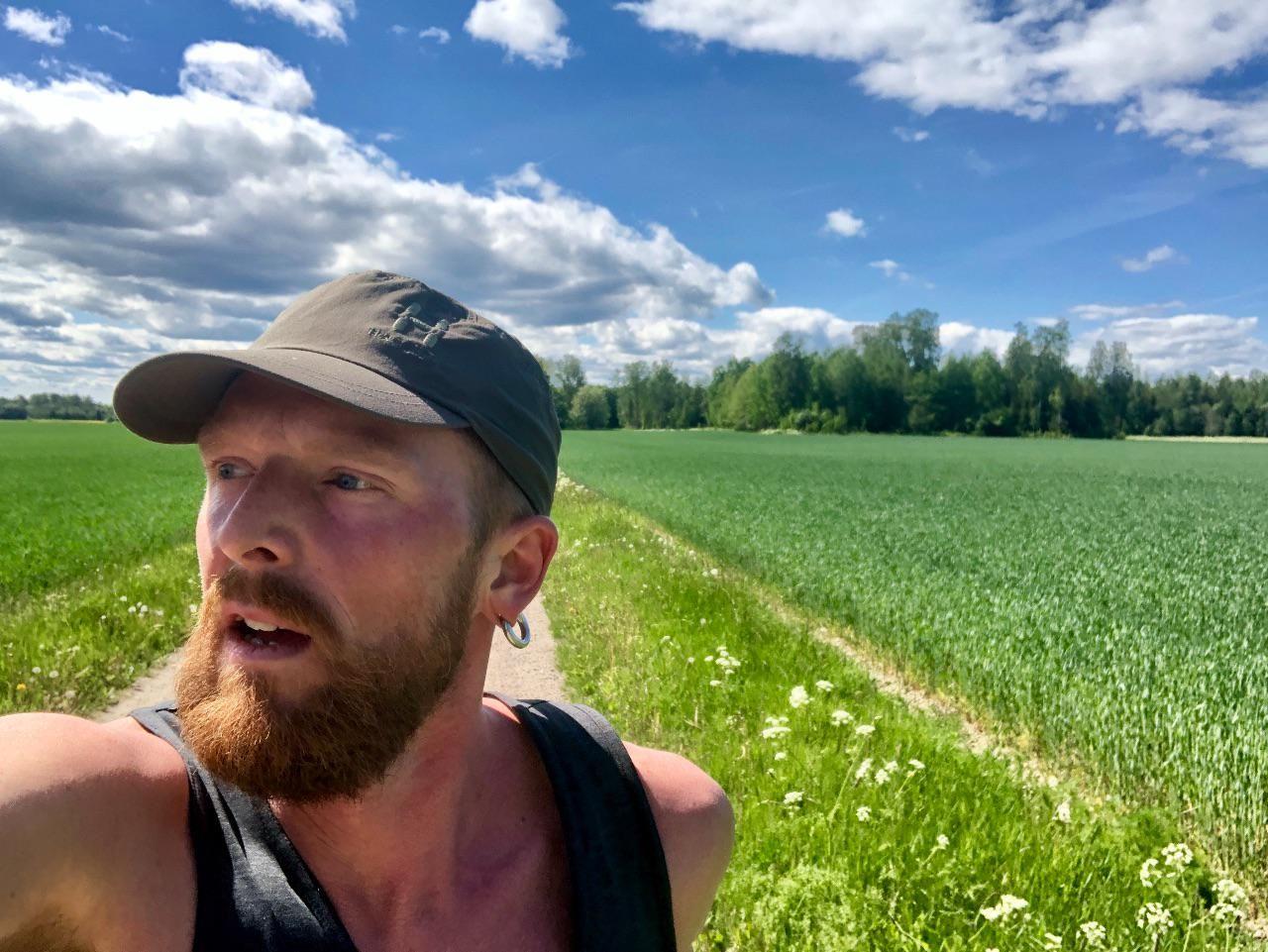 Jag springer över fälten.